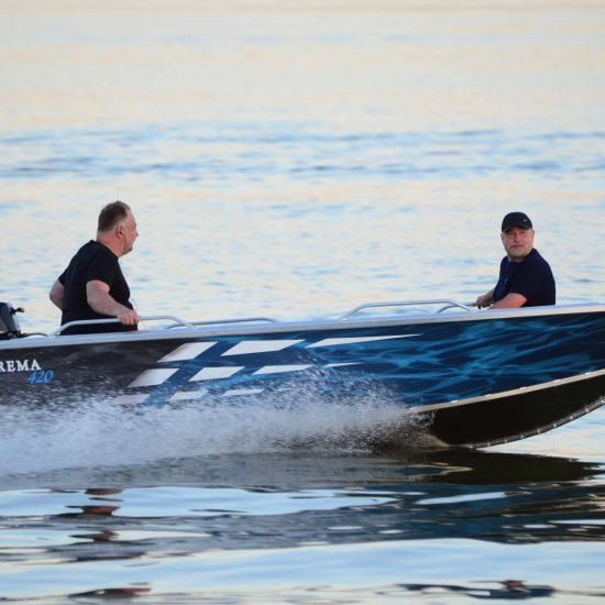 łodzie motorowe z silnikiem