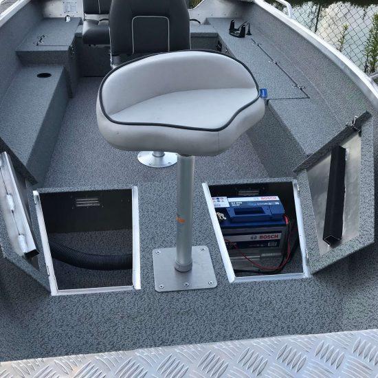 krzesło wędkarskie w łodzi
